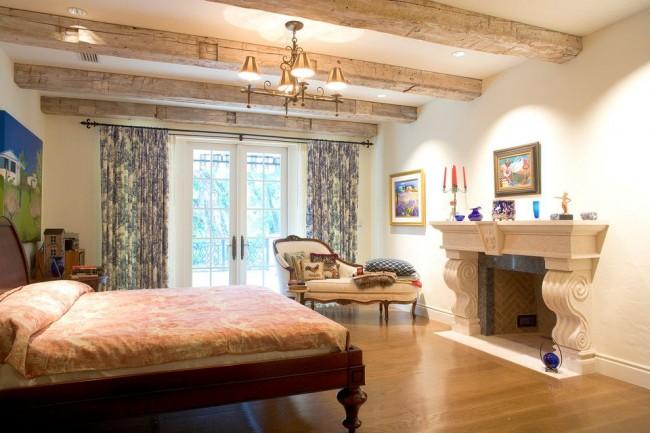 Французские пейзажи на стенах уютной спальни