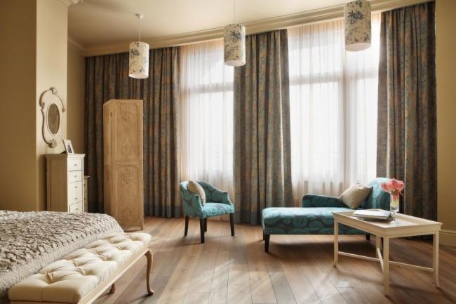 Цветочный принт на лампах, шторах и мягкой мебели в сочетании с натуральными материалами отделки комнаты и мебели