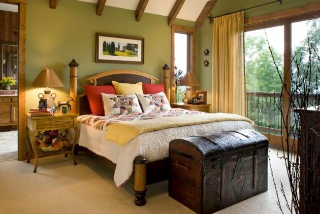 Текстильные элементы на кровати в технике пэчворк, французский пейзаж в деревянном обрамлении, живые цветы и другие милые мелочи для интерьера спальни в деревенском стиле прованс