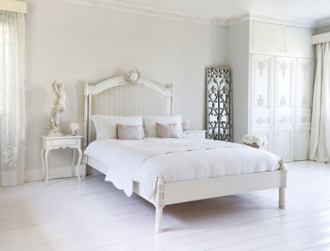 Лепнина, классические скульптуры, зеркала, декорированное изголовье кровати – ноты изыска в спальне, выполненной в стиле прованс