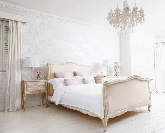 Традиционное освещение для спальни в стиле прованс – прикроватные лампы с текстильными абажурами и люстра в центре комнаты