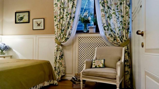 Природные цвета в оформлении комнаты, цветочный орнамент и обилие живых цветов – визитная карточка деревенского французского стиля