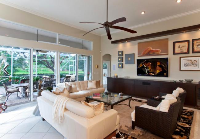 Низкие стенки и консольные тумбы стоит выбирать пропорционально диагонали телевизора