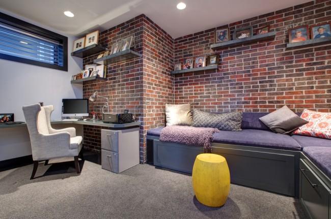 Демократичный интерьер квартиры для молодых людей: обои под кирпичную кладку, неперегруженная обстановка и простой стол для ноутбука