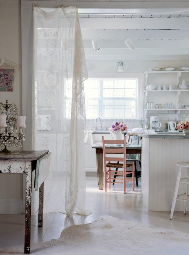 Зонирование столовой с помощью воздушного тюля в непринужденно оформленной кантри-кухне