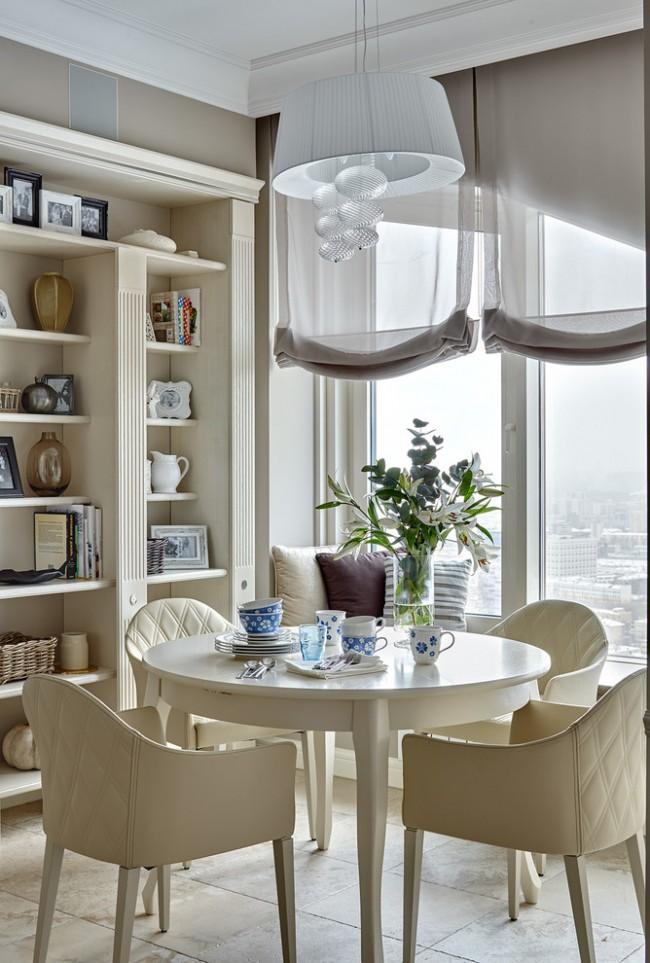 Римские шторы из легкого прозрачного материала. Переходный стиль оформления кухни позволяет выбрать потолочный карниз даже после того, как закончены строительно-ремонтные работы с потолком. В этом легко поможет декоративный багет
