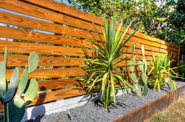 Невысокая ограда придомового участка