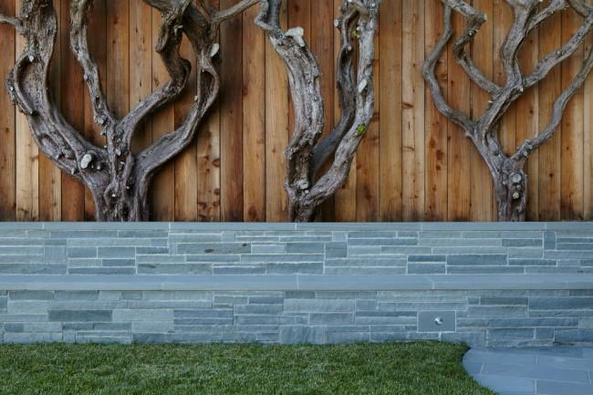 Комбинированный забор из декоративного камня и деревянных штакет