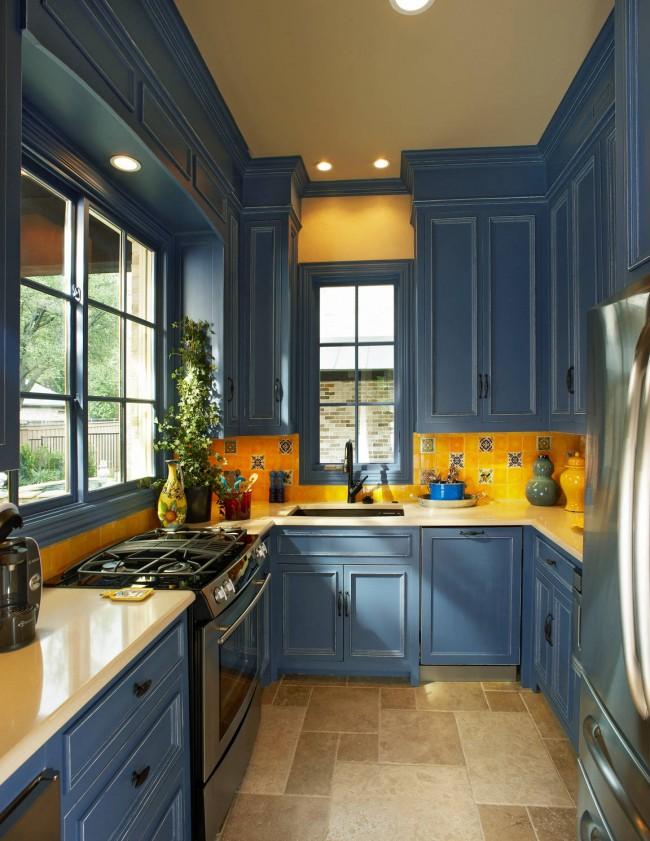 Умиротворенный морской синий и мозаичный фартук солнечного цветаУмиротворенный морской синий и мозаичный фартук солнечного цвета