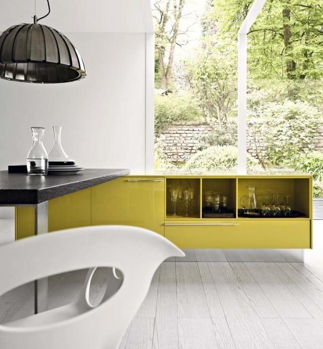 Еще один вариант элегантного приглушенного желтого на современной кухне с барной стойкой