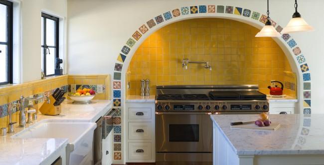 Средиземноморский стиль открывает безграничный простор для декора стен мозаикой буквально как угодно