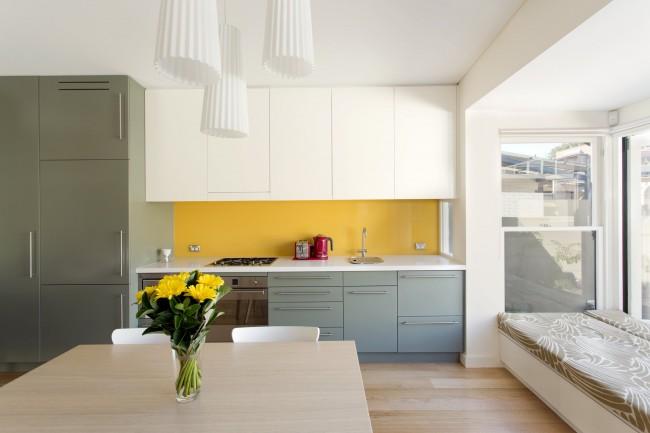 Все цвета этой кухни выбраны из палитры одного производителя - Dulux. Для желтого фартука выбран тон Golden Sand, а для шкафов - оттенок хаки под названием Knave. Нейтральный белый фон - Fair Bianca