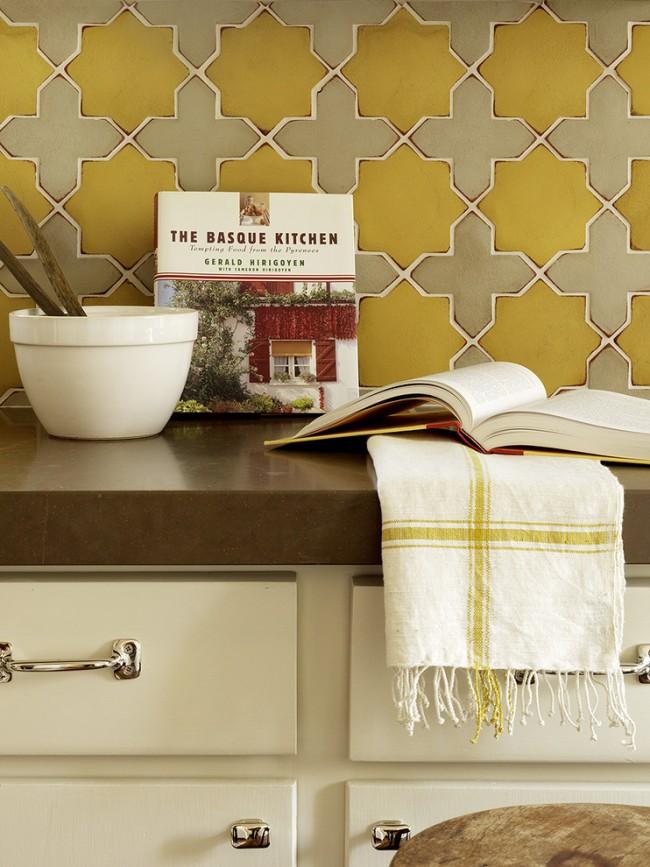 Горчично-желтый и цвет taupe в мозаичном фартуке средиземноморской кухни