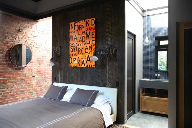 Спальня в стиле лофт со стеной, отделанной брашированным деревом