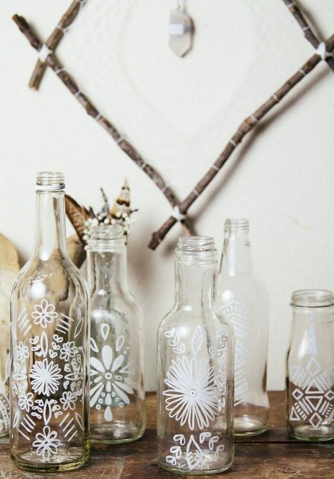 Даже небольшие узоры сделают из обычной бутылки прекрасный элемент декора
