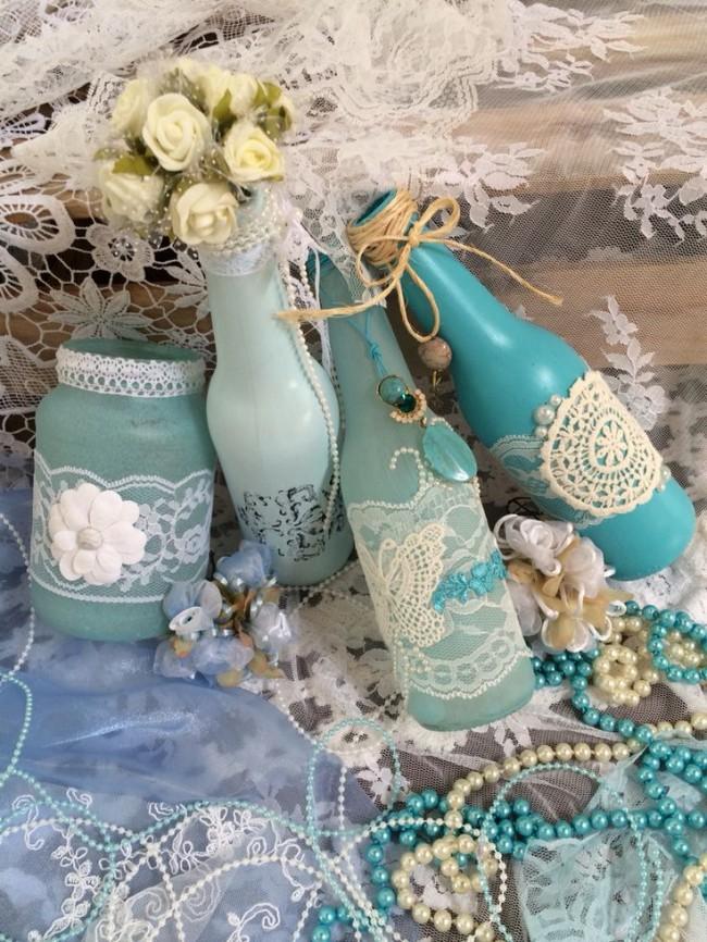 Декоративные бутылки, украшенные ажурными лентами