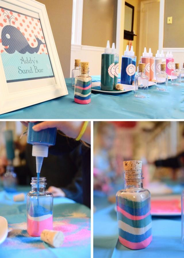 Засыпать цветнуя соль в бутылку можно как с помощью бумажной или пластиковой воронки или использовать емкость с дозатором как на фото