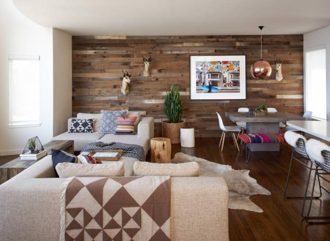 Ольха в обшивке стен просторной гостиной
