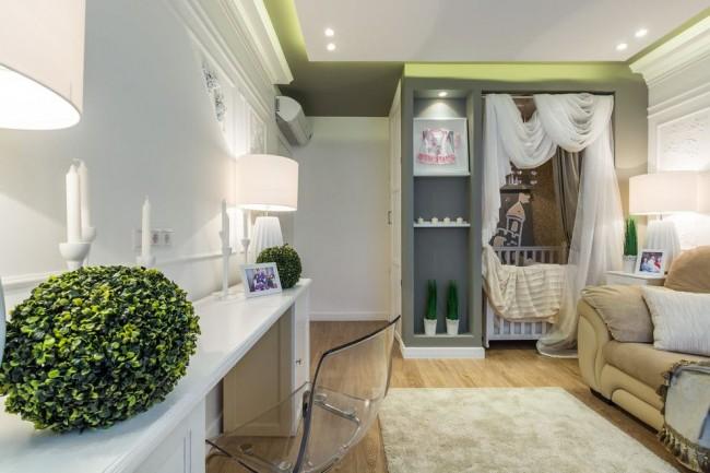 Вариант расположения детской кроватки в углу комнаты подойдет для однокомнатной квартиры
