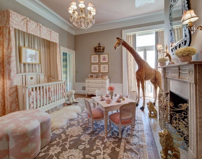 Детская кроватка в просторной светлой детской комнате классического стиля