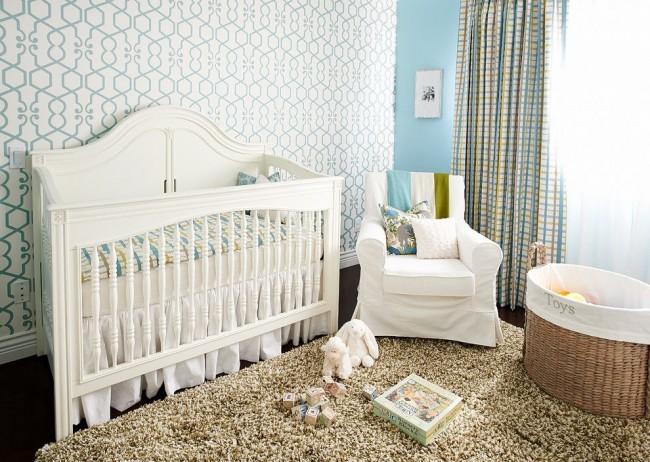 Светлая детская комната с деревянной кроваткой для новорожденного