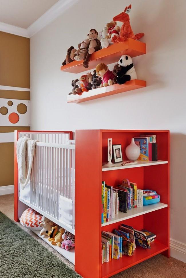 Двухцветная деревянная кроватка для новорожденного с полочками для хранения детских игрушек и книжек