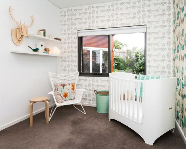 Небольшая белая кроватка для новорожденного в скандинавском интерьере