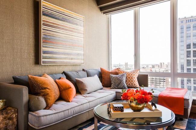 Удобный диван и панорамные окна сделаю гостиную очень комфортной