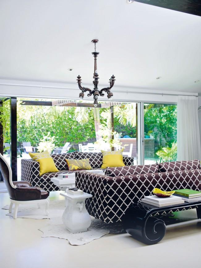 Эффектные диваны с яркими подушками в интерьере гостиной частного дома