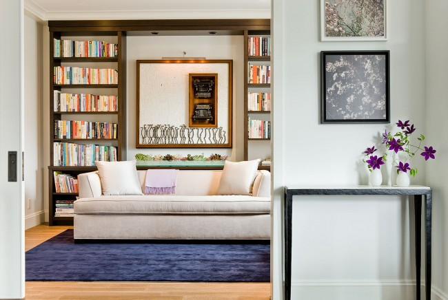 В гостиную спокойных оттенков отлично впишется диван традиционных цветов