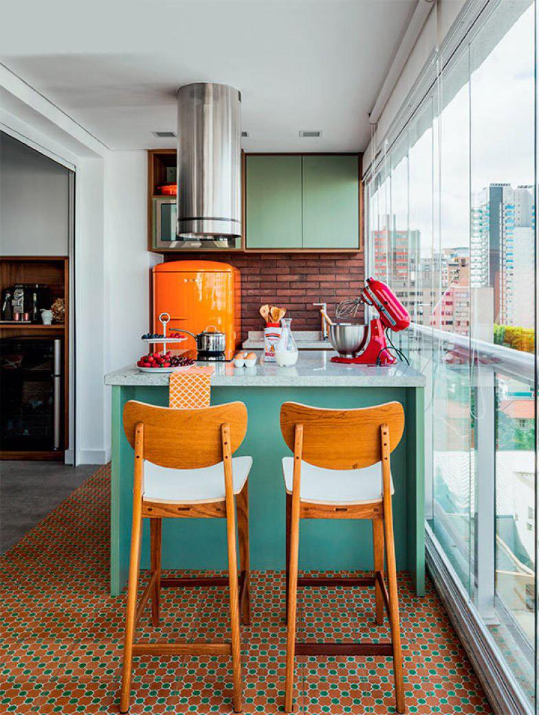 Дизайн кухни с цветным холодильником