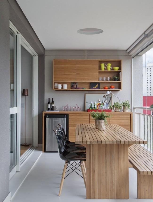 Кухня, вынесенная на балкон - удобное и очень распространенное решение по перепланировке квартиры