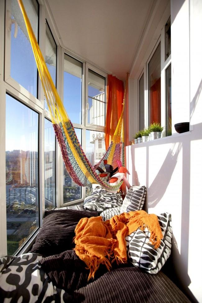 На застекленном и утепленном балконе можно комфортно отдыхать даже зимой