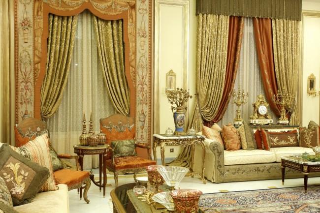 Эффектные портьеры в дизайне гостиной стиля барокко