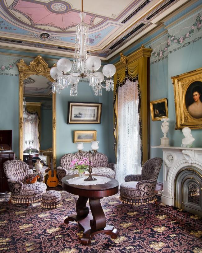 Роскошные шторы и тюль в великолепном интерьере гостиной комнаты