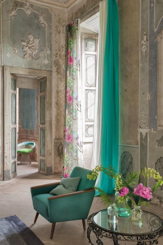 Шторы с цветочным мотивом интересно смотрятся на фоне винтажного интерьера