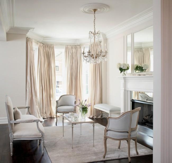 Дизайн классической гостиной в нежных тонах смотрится очень красиво