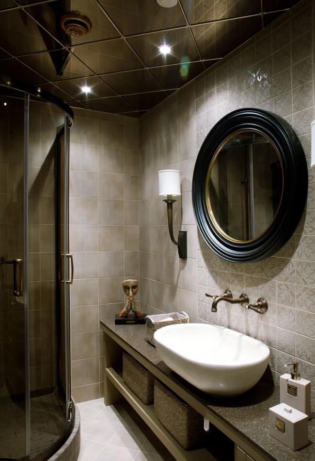 Зеркальная плитка на потолке поможет сделать комнату визуально выше