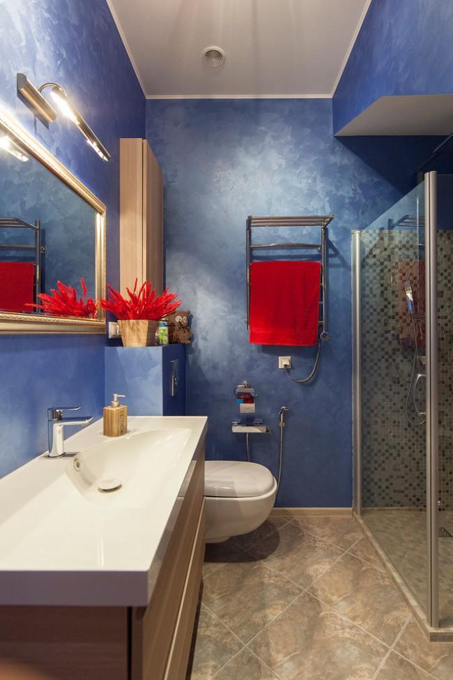 Синие стены и красные элементы декора сделают ваш дизайн неотразимым