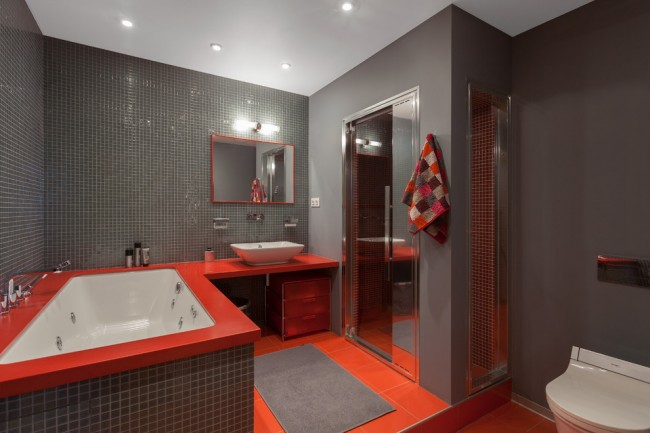 Шикарный контрастный интерьер ванной комнаты с душевой кабиной