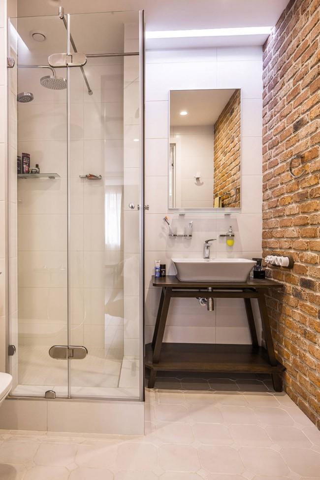 Кирпичная кладка в интерьере маленькой ванной