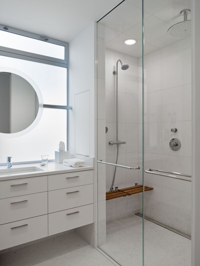 Чтобы обстановка маленькой ванной комнаты не вызывала дискомфорт, лучше для отделки использовать светлые тона