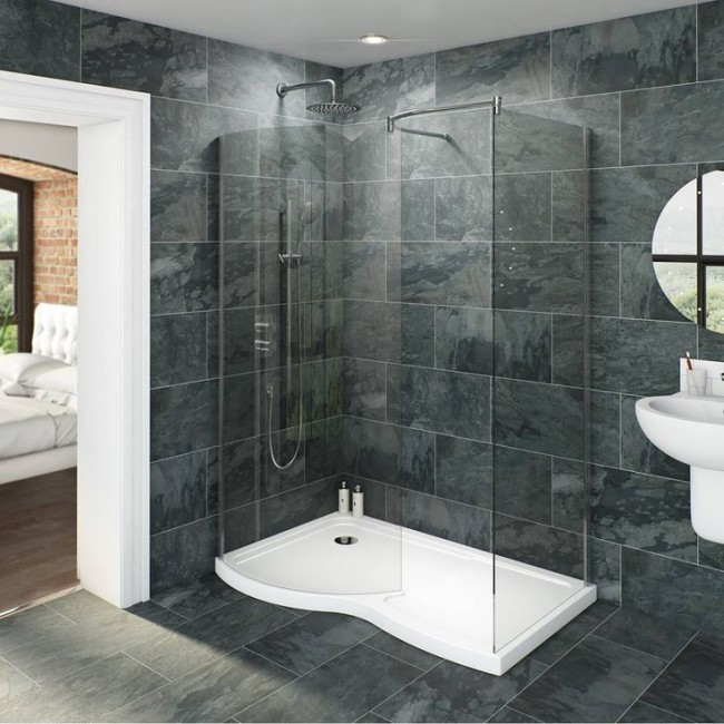 Вместо маленькой ванны лучше установить просторную душевую кабину