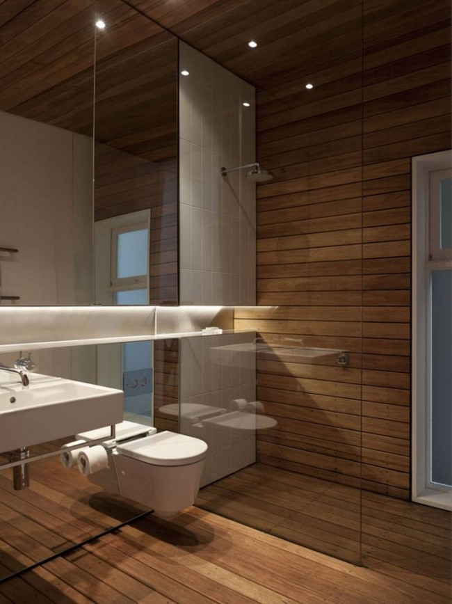 Шикарное сочетание стекла и дерева в интерьере ванной комнаты