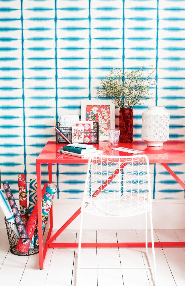 Прекрасное сочетание обоев с голубым рисунком и мебели кораллового цвета