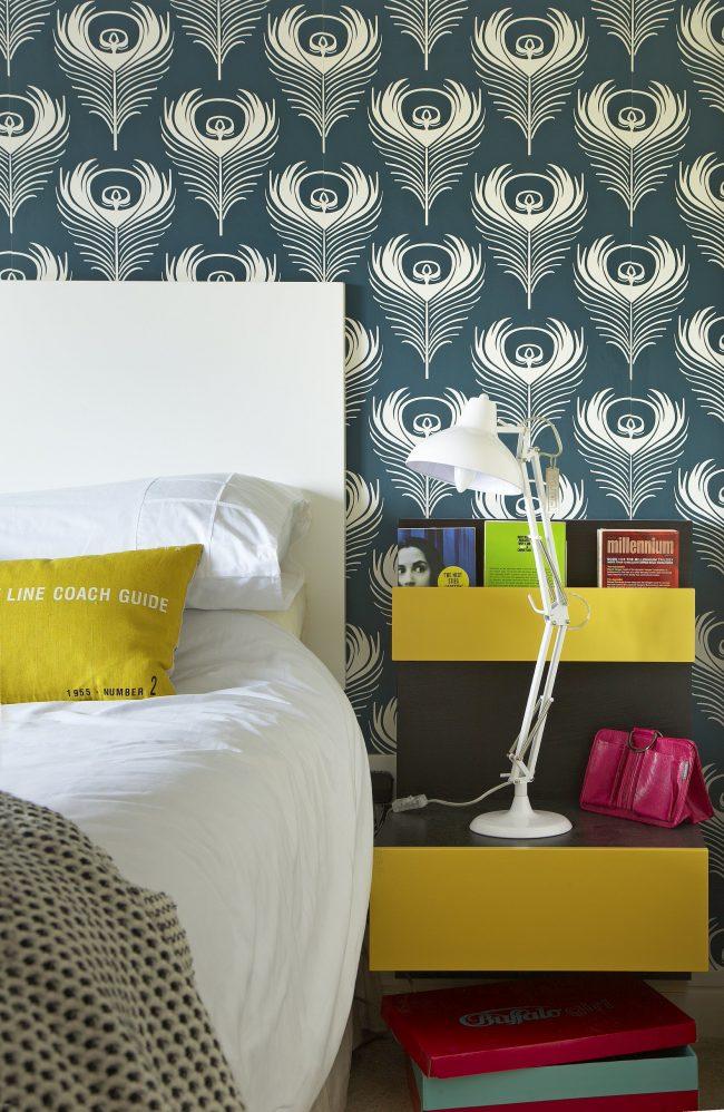 Красивые обои в интерьере современной спальни