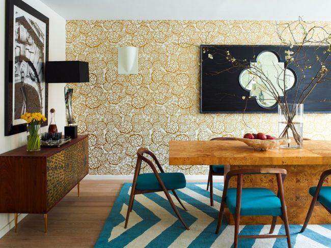 Золотистый блеск в интерьере гостиной