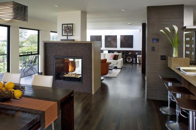 Газовый камин, встроенный в перегородку между столовой и гостиной