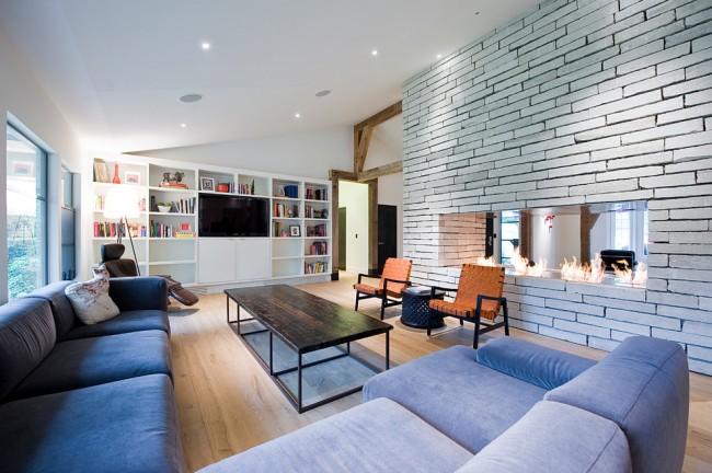 Газовый камин, встроенный в перегородку между гостиной и кухней