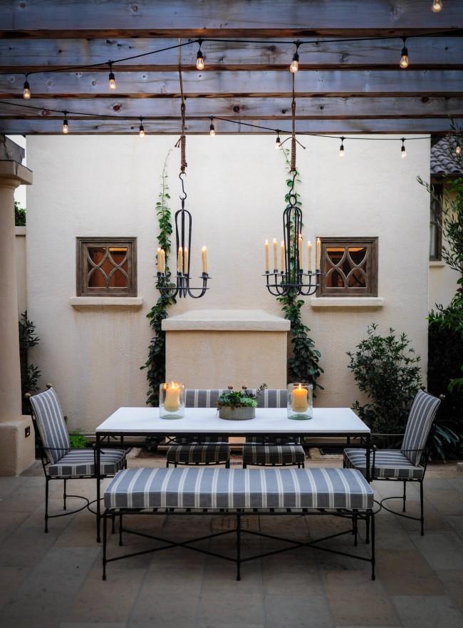 Красивые подвесные канделябры добавят романтики ужину на свежем воздухе
